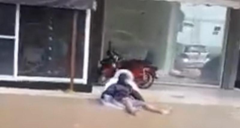 Άντρας βγήκε με στρώμα θαλάσσης στο πλημμυρισμένο Μενίδι (vid)