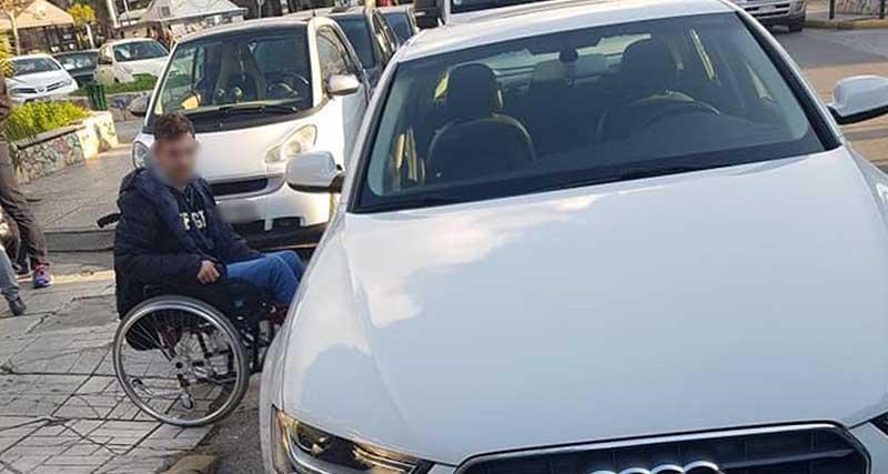 Viral το ξέσπασμα εξοργισμένου πατέρα που περίμενε 45′ με τον γιο του σε μπλοκαρισμένη διάβαση για ΑμεΑ