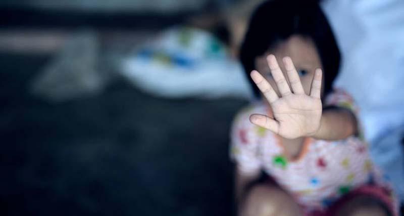 Σοκάρει η υπόθεση βιασμού 7χρονης από τη μητέρα, τον παππού και τη θεία της