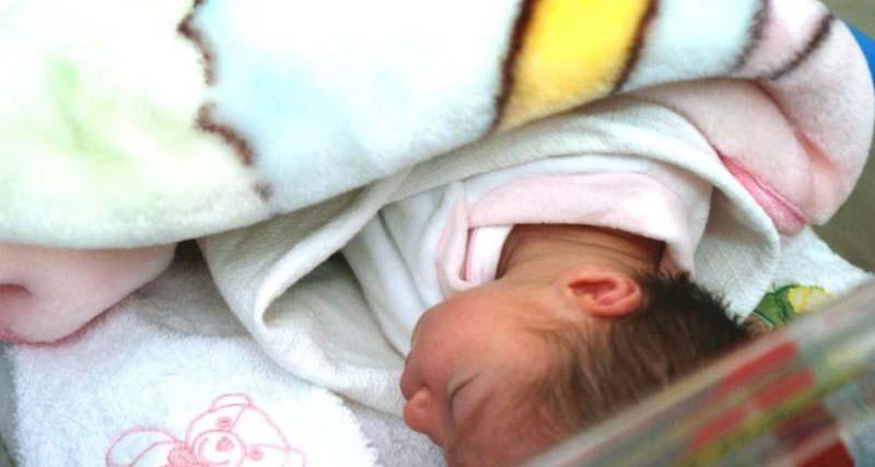 Νεογέννητο εντοπίστηκε εγκαταλελειμμένο σε είσοδο πολυκατοικίας