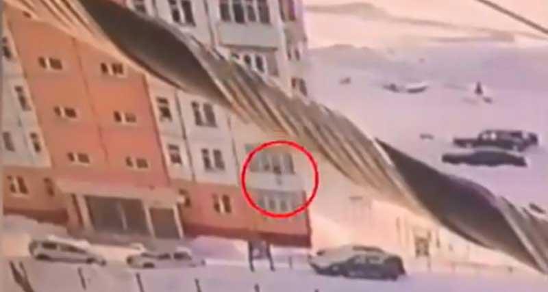 Γυναίκα στη Ρωσία έκανε βουτιά από τον ένατο όροφο και σώθηκε (vid)